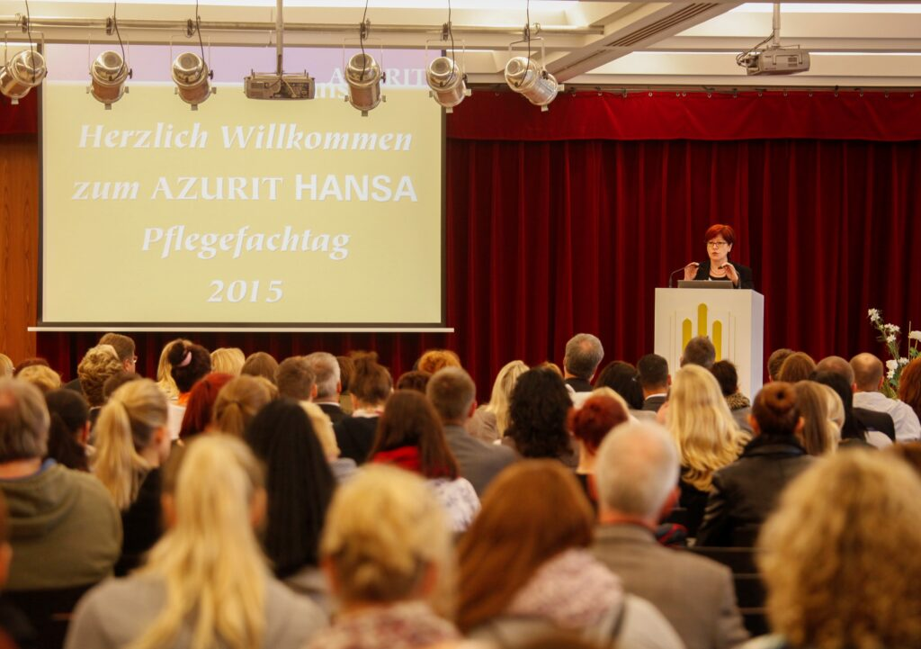 Staatssekretärin Ingrid Fischbach informiert die Teilnehmer beim AZURIT HANSA Pflegefachtag 2015 über aktuelle Gesetzesänderungen im Bereich der Pflege (Bild: P&P Laffin-Hommes)