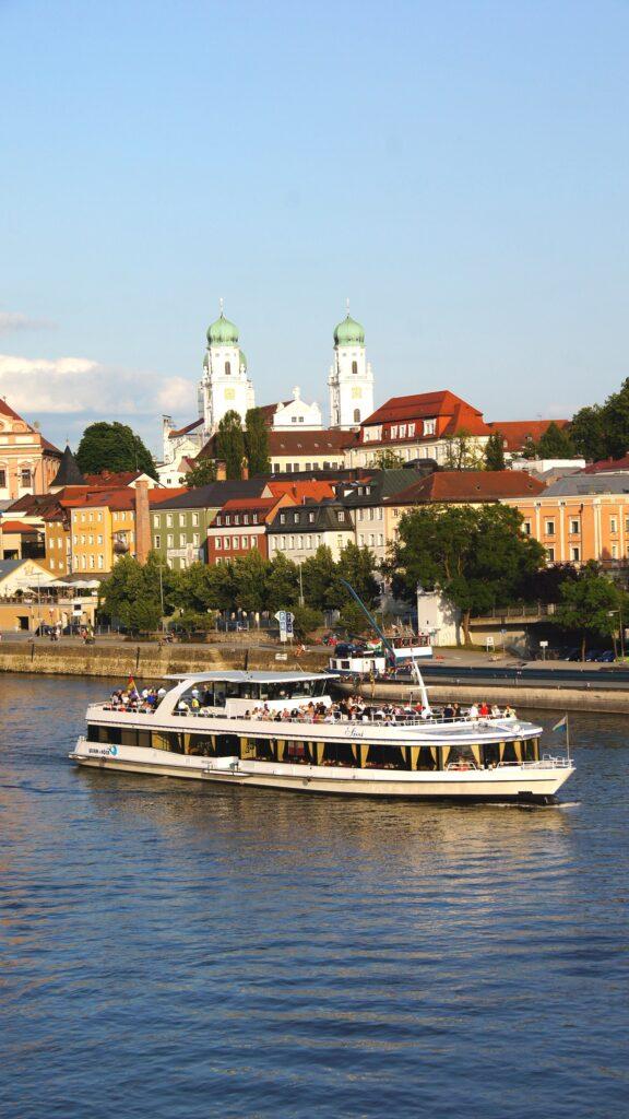 Vor dem Passauer Dom, die MS Sissi.