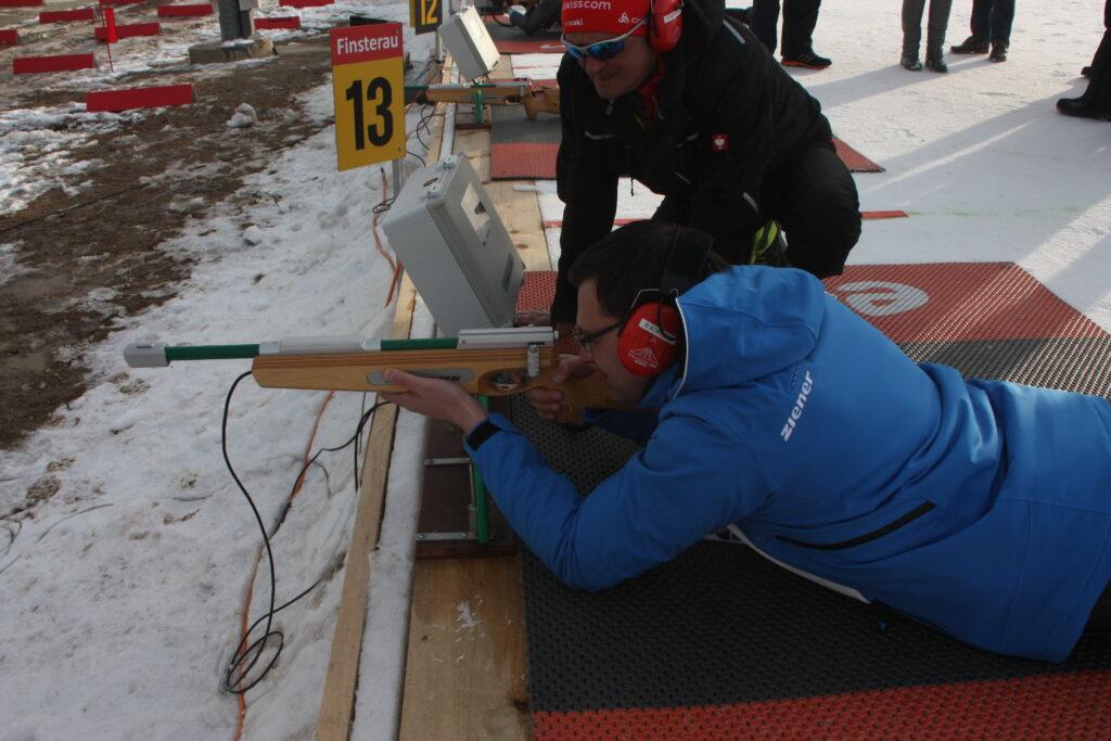 Landrat Sebastian Gruber am Lasergewehr (Foto: Heinz Schäfer)
