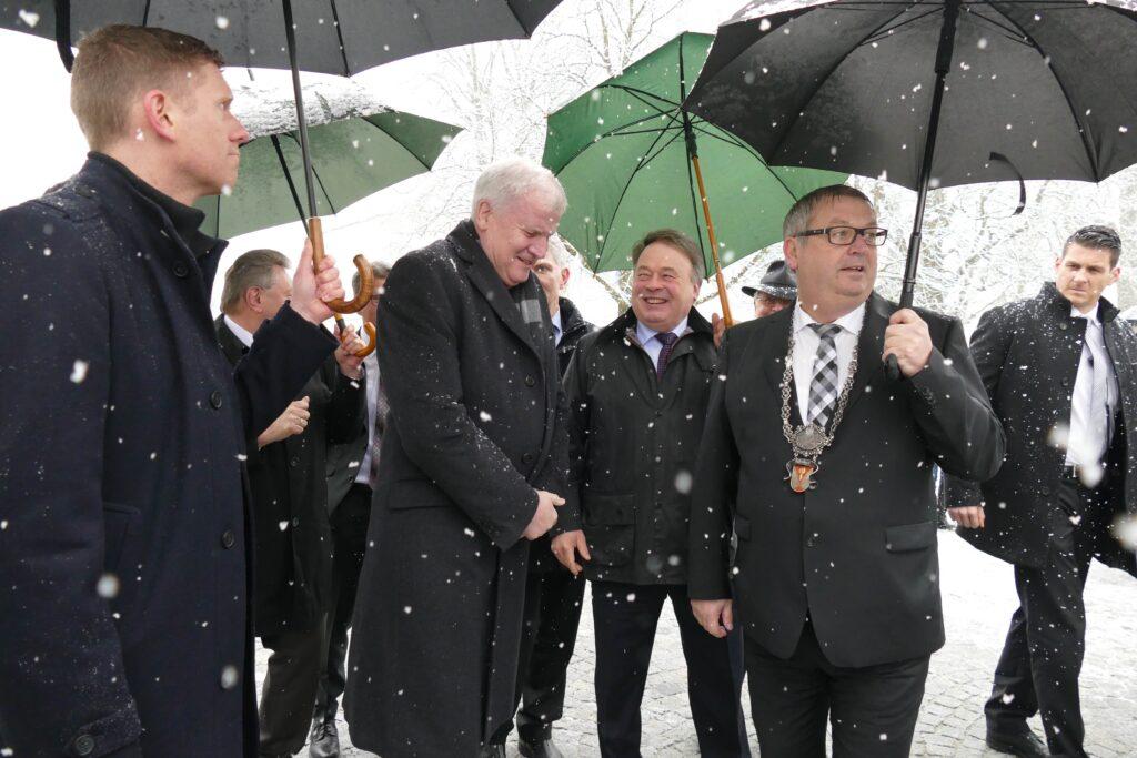 Ministerpräsident Horst Seehofer wird von Bürgermeister Harald Mayrhofer (von rechts) und Landwirtschaftsminister Helmut Brunner ins Trockene der Orangerie geleitet. Es folgen Landrat Franz Meyer und Kultus-Staatssekretär Bernd Sibler.