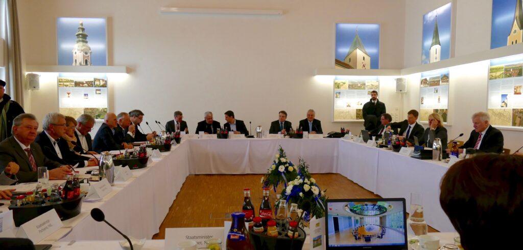 Das renovierte Kultur- und Begegnungszentrum in Aldersbach erweist sich auch als würdiger Sitzungssaal für das bayerische Kabinett, das unter der Leitung von Ministerpräsident Horst Seehofer (rechts), tagt.