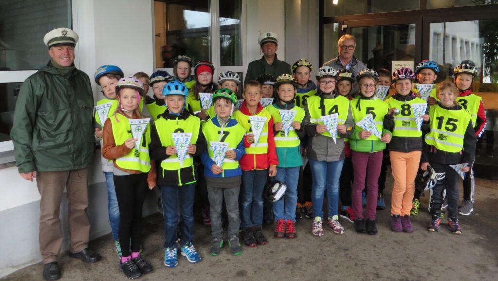 Team Lackenhäuser mit Lehrer Herr Hirsch, Herbert
