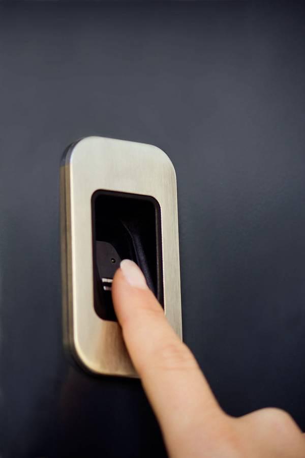 Erkennt Fingerabdrücke zuverlässig und gewährt nur autorisierten Personen Zutritt: Fingerabdruck-Scanner an der Haustür. Foto: djd/Groke Türen und Tore