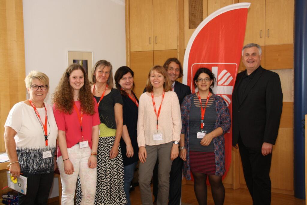 Caritasvorstand Dr. Michael Bär (re.) mit dem Organisationsteam der Abteilung Kinder-, Jugend- und Familienhilfe.