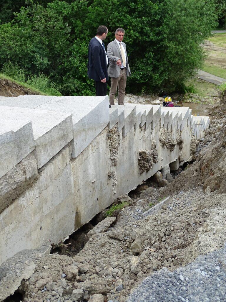 Hubert Aiwanger (li) und Alexander Muthmann bei der Besichtigung der Unwetterschäden in Waldkirchen
