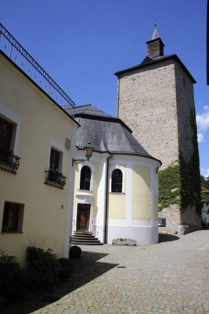 Links vom Turm; die schlosseigene Kapelle (Foto: MuW/m.wagner)