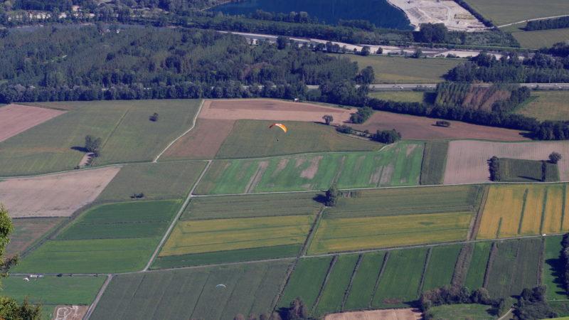vue arienne de champs agricole en savoie
