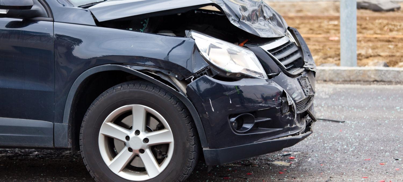 Ein Blechschaden nach einem Autounfall.  Schaden für Versicherung