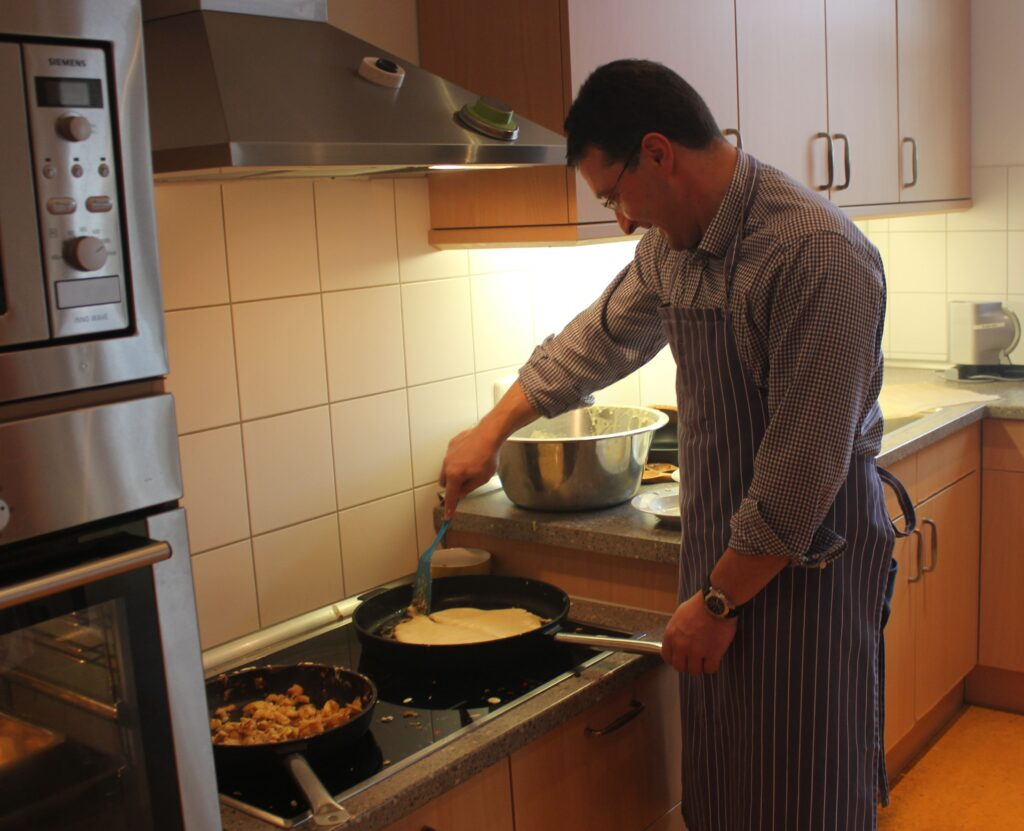 MdL Max Gibis beim Zubereiten des 'Kaiserschmarrn'