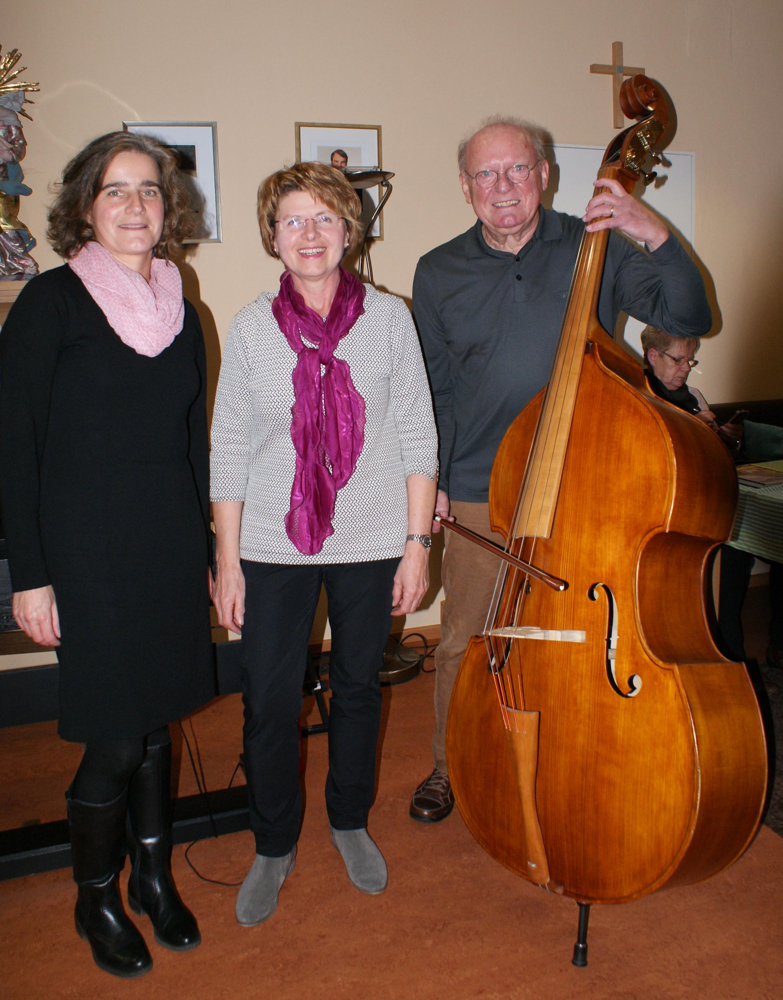 Seniorentreff-Leiterin Gertraud Reichart (Mitte) sorgte zusammen mit Gabriele Drexler und Georg Jedersberger für eine sehr gelungene Veranstaltung (Foto: Krenn)