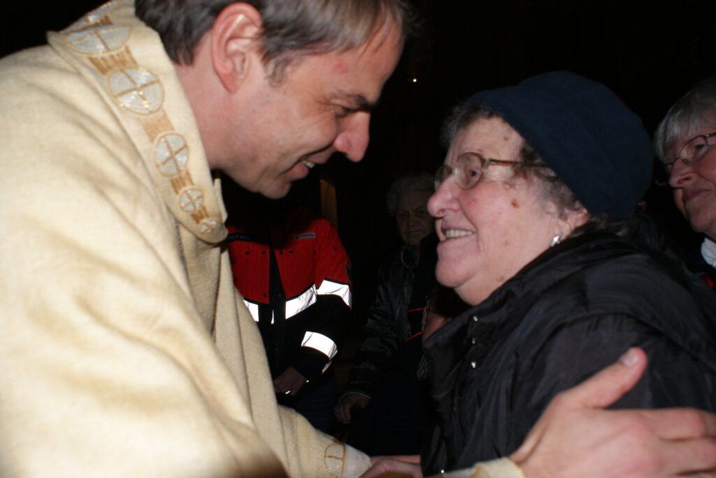 Ein ganz besonderer Moment für Therese Rodler aus Lämmersreut bei Waldkirchen: Bischof Stefan Oster spendet ihr den Einzelsegen (Foto: Krenn)