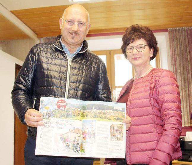 Bürgermeister Manfred Eibl und Bündnisbeauftragte Louise Traxinger mit einem Artikel über Perlesreut in der neuen 'Tina' (Foto: MuW/r.demont)