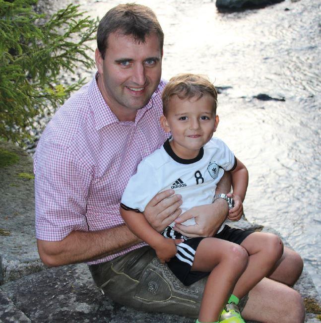 Stephan Marold mit seinem Sohn Benedikt bei der Aumühle an der Ilz (Foto: MuW/m.wagner)
