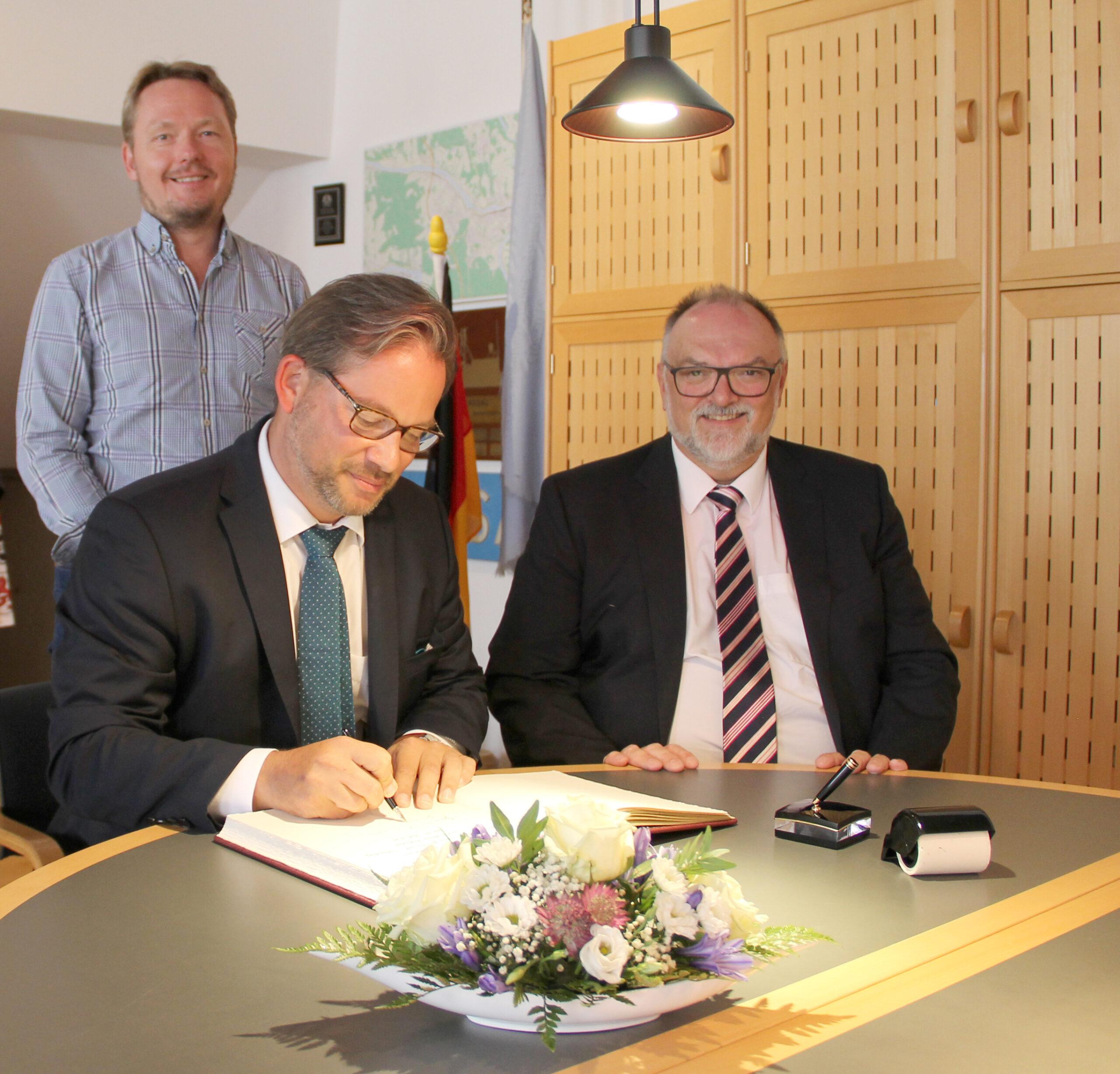 Eintrag in das Gästebuch der Stadt Passau (von rechts): Oberbürgermeister Jürgen Dupper, der Parlamentarische Staatssekretär Florian Pronold sowie der Landtagsabgeordnete und Stadtrat Christian Flisek.
